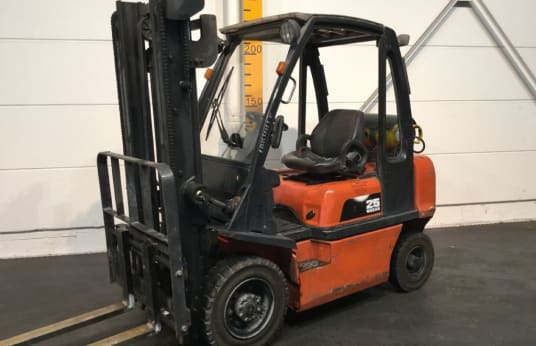 NISSAN UD02A25PQ Gas Forklift 2.5 t