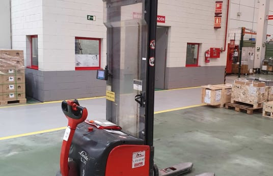 LINDE L 14 Electric Pedestrian Pallet Stacker