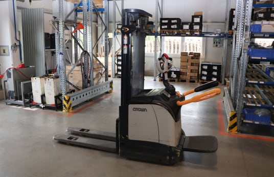 CROWN ET4000 1.2 TT Battery Lift Stacker