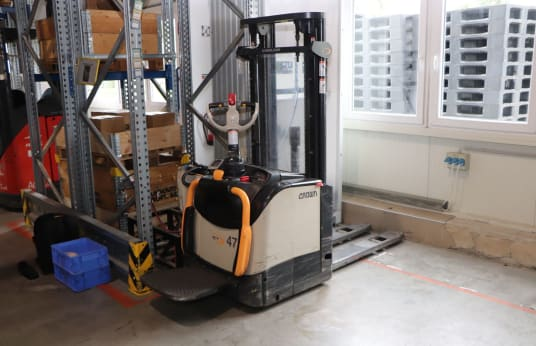 CROWN ET4000 1.2 TT Battery Lift Stacker